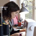 Pascale Tschopp dans son atelier de couture
