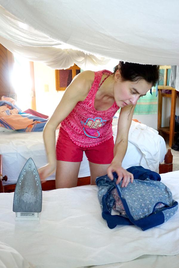 Pascale Tschopp repasse les vêtements de la ONE collection avant les photos
