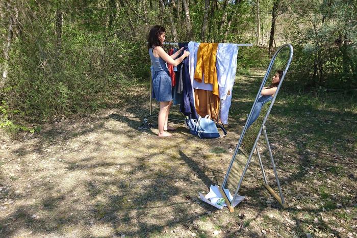 Pascale arrange les vêtements pour le défilé